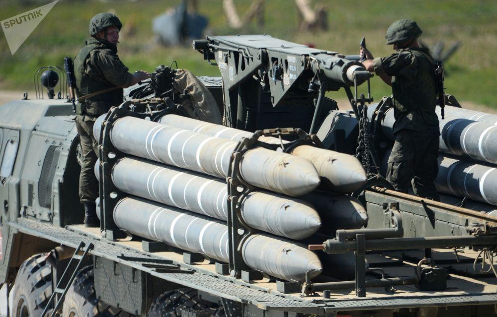الجنود خلال العرض الديناميكي للأسلحة الحديثة والمستقبلية في إطار المنتدى التقني العسكري الدولي الرابع أرميا - 2018 (الجيش -2018) في كوبينكا