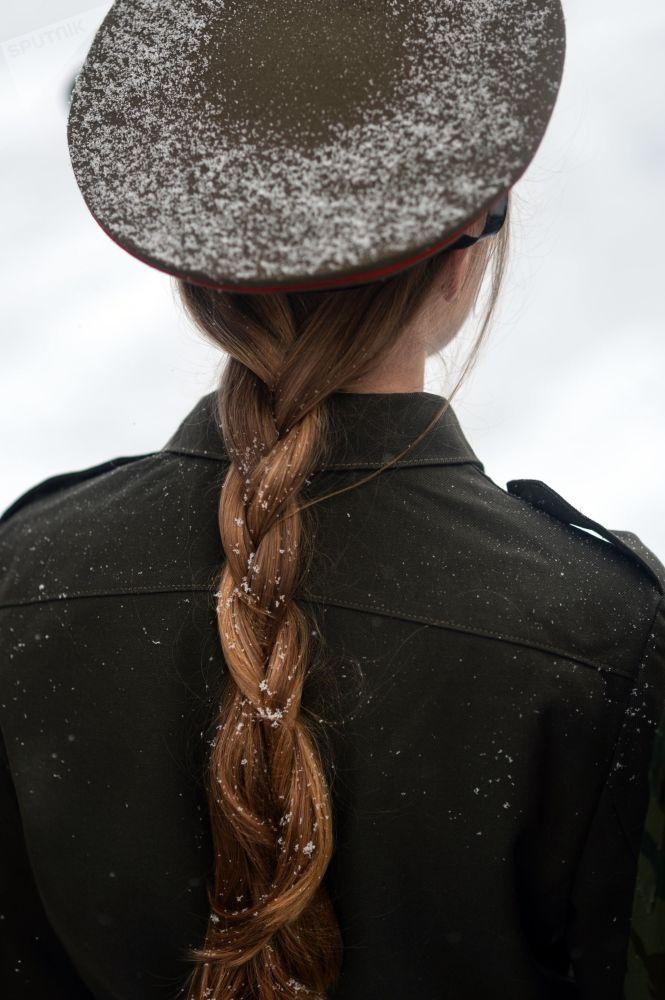 فتاة تقف فأمام نصب تذكاري للقوات الوطنية في  الحرب الوطنية عام 1812 في فيليكي نوفغورود