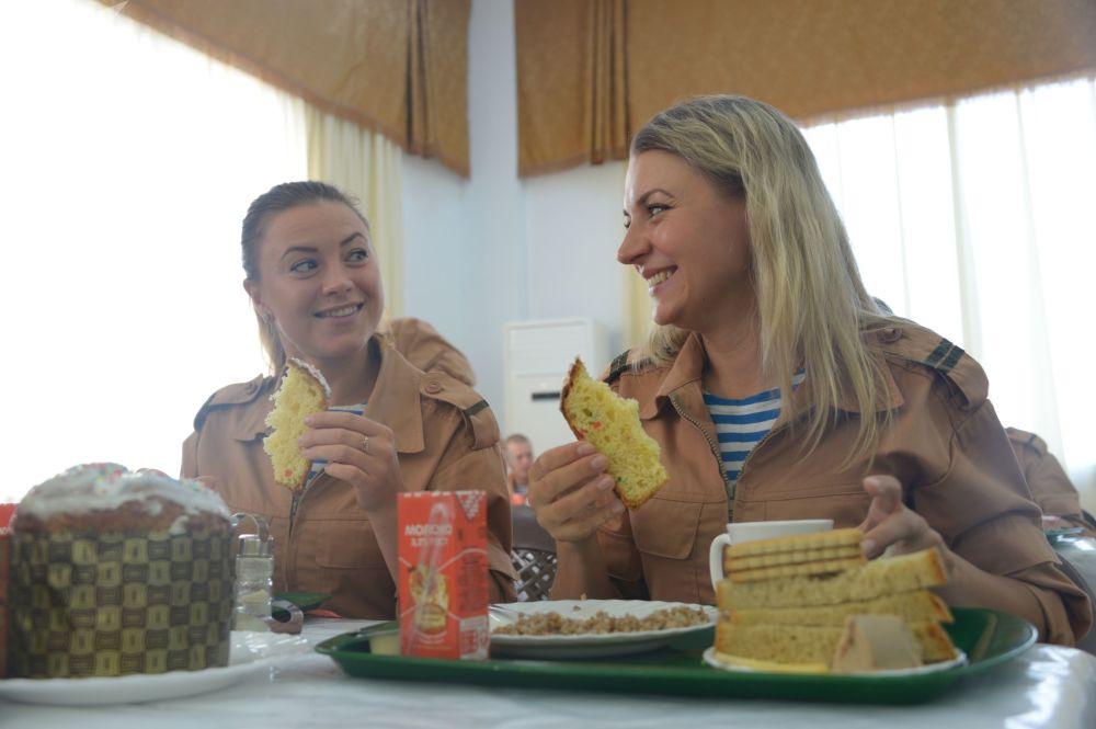 عسكريات روسيات خلال تناولهن وجبة الإفطار في غرفة الطعام التابعة للقاعدة الجوية العسكرية لحميميم