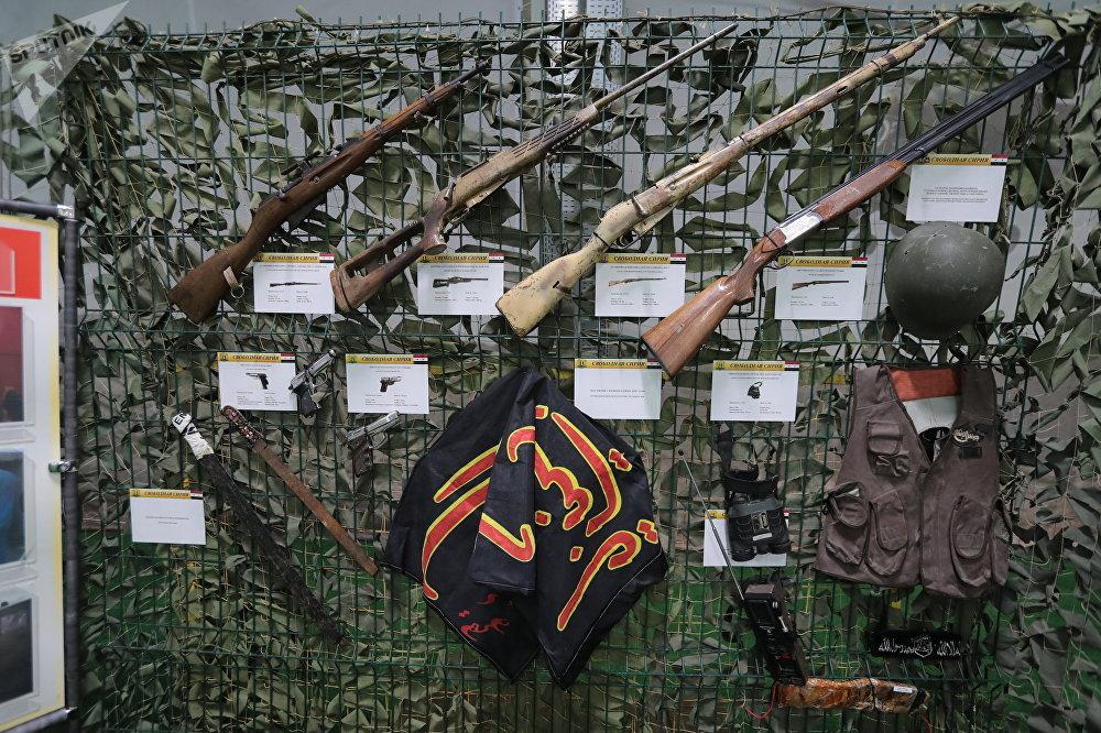 بنادق المسلحين، في معرض الأسلحة التي تم حجزها من المسلحين في سوريا، كجزء من المنتدى الفني العسكري الدولي الرابع أرمي 2018 (الجيش 2018) في كوبينكا
