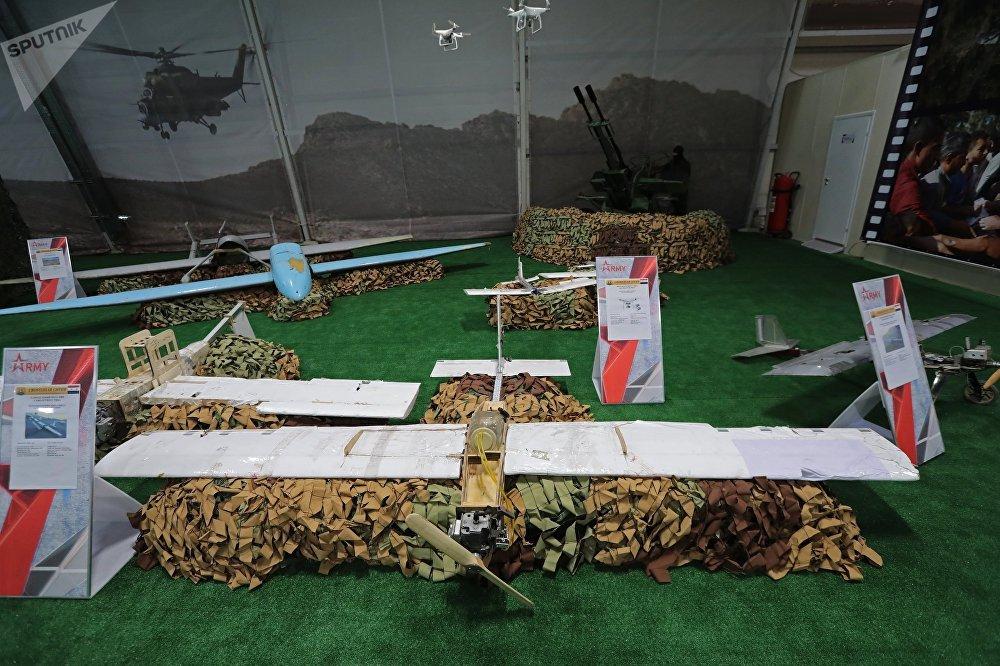 طائرة بدون طيار (من صنع المسلحين) في معرض الأسلحة التي تم حجزها من المسلحين في سوريا، كجزء من المنتدى الفني العسكري الدولي الرابع أرمي 2018 (الجيش 2018) في كوبينكا