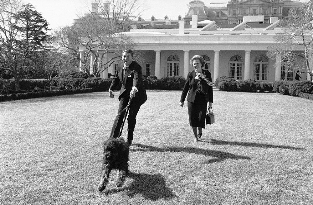 الرئيس الأمريكي رونالد ريغان وكلبه لاكي أثناء زيارة ريئسة الوزراء البريطانية مارغريت تاتشر إلي البيت الأبيض بواشنطن 20 فبراير/ شباط 1985