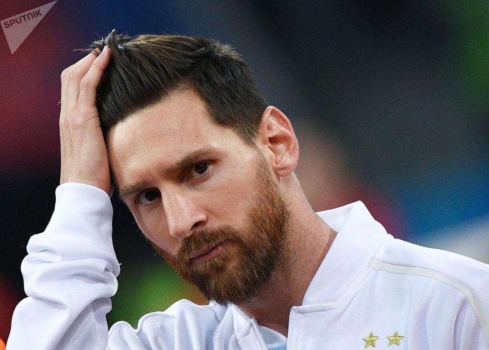 لاعب كرة القدم الأرجنتيني ليونيل ميسي