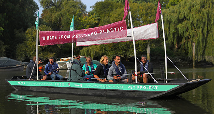 قارب بلاستيكي معاد تصنيعه في بريطانيا