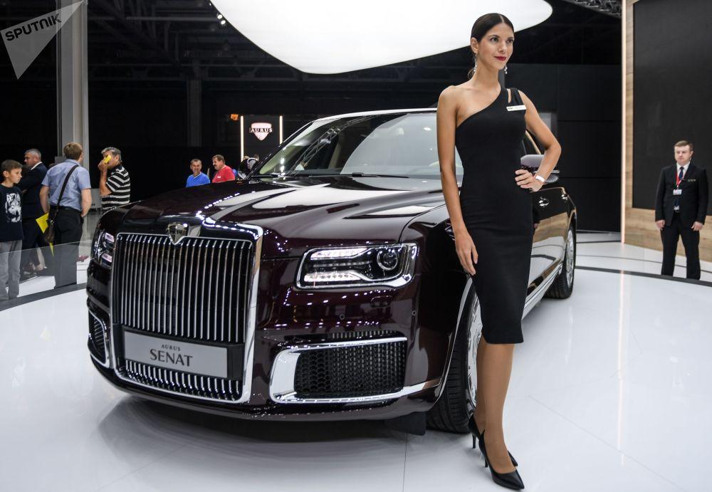 عارضة أزياء تمثل شركة Aurus في معرض موسكو الدولي للسيارات 2018