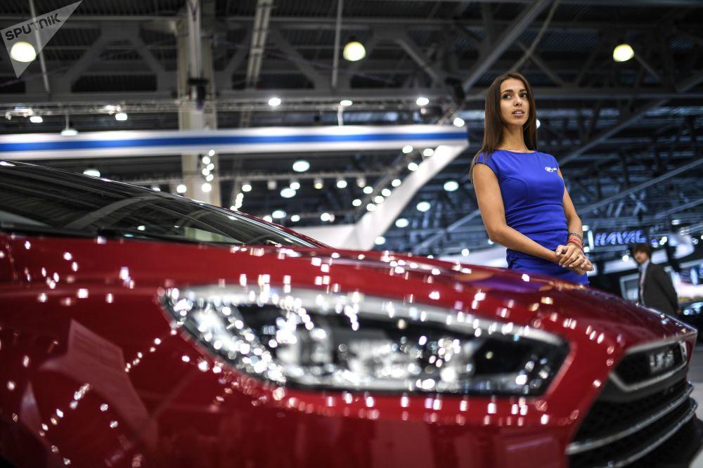 عارضة أزياء تمثل شركة ليفان في معرض موسكو الدولي للسيارات 2018