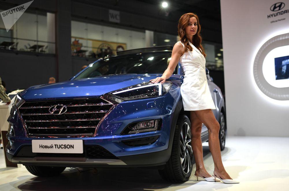 عارضة أزياء تمثل شركة Hyundai في معرض موسكو الدولي للسيارات 2018