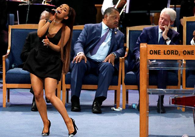 الرئيس الأمريكي الأسبق بيل كلينتون يتابع أداء المطربة الأمريكية أريانا غراندي في حفل تأبين المطربة أريثا فرانكلين، 31 أغسطس/آب 2018