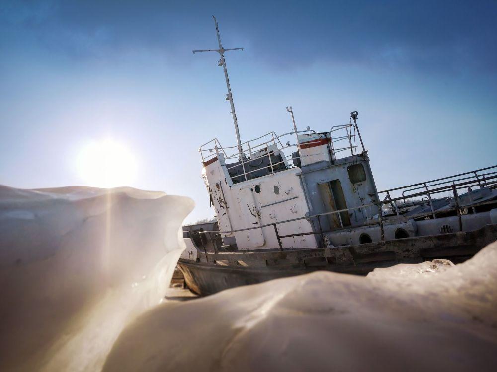سفينة صيد في جليد بحيرة بايكال