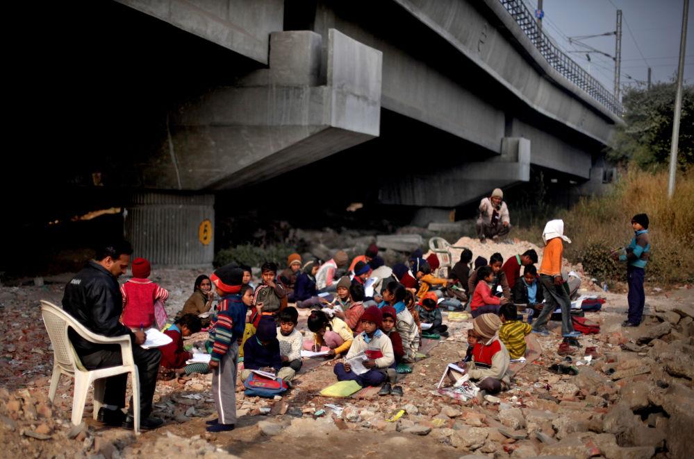 أطفال (محرومون) هنديون يحضرون دروس مجانية في نيودلهي، الهند