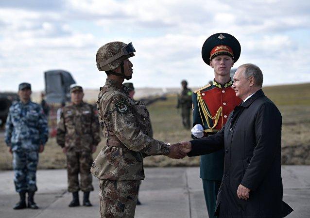 الرئيس الروسي فلاديمير بوتين خلال مراقبة القوات أثناء المناورات العسكرية الشرق — 2018