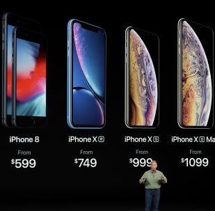 نائب رئيس شركة آبل للتسويق، فيليب شير، يعرض هواتف آيفون الجديدة