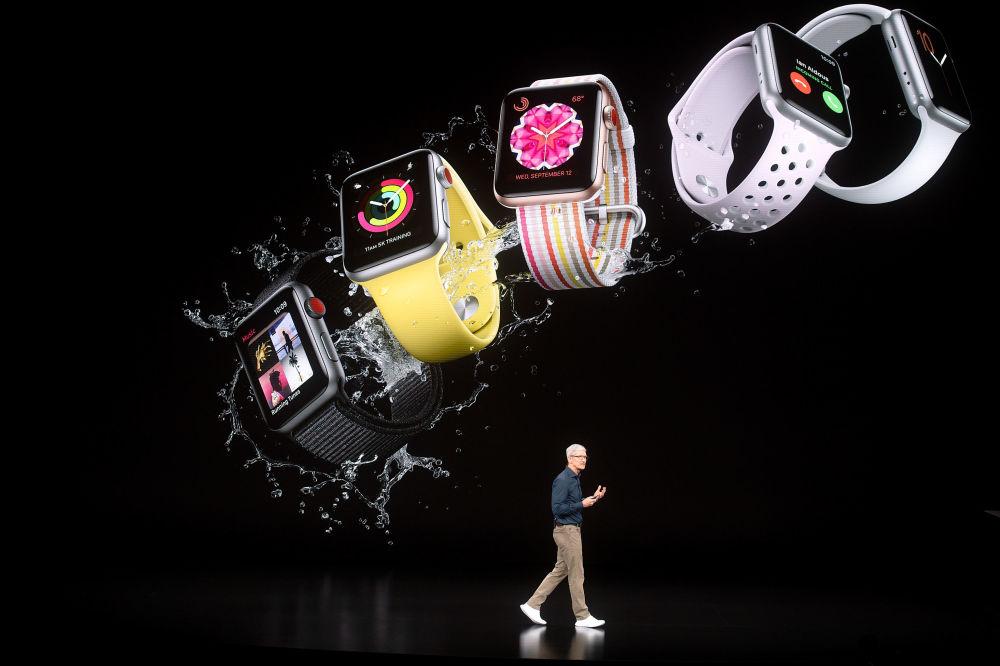 نائب رئيس شركة آبل للتسويق، فيليب شير، يعرض بعضا من المنتجات الجديدة للشركة