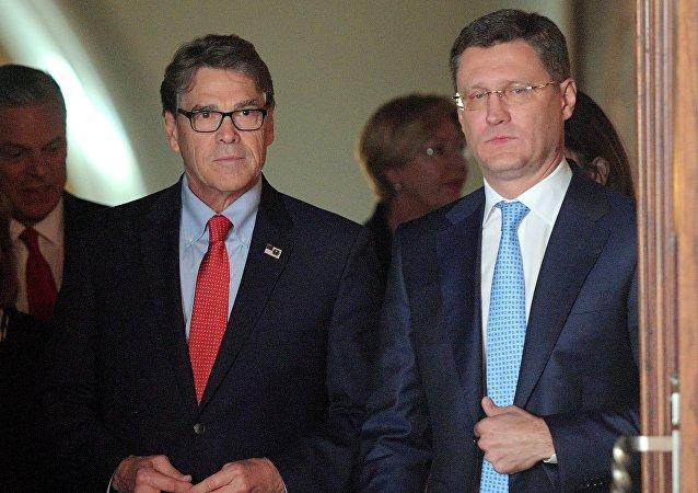 وزير الطاقة الروسي ألكسندر نزفاك مع نظيره الامريكي في موسكو