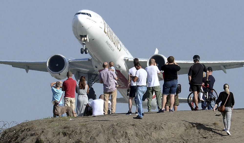 جمع من الناس يراقبون إقلاع الطائرات من مطار فريدريك شوبان في العاصمة البولندية وارسو