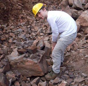 موظف في جامعة بليموث خلال العمل الجيولوجي في مهنة نول هيل بالمملكة المتحدة