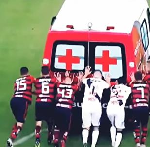 لاعبون يدفعون سيارة إسعاف