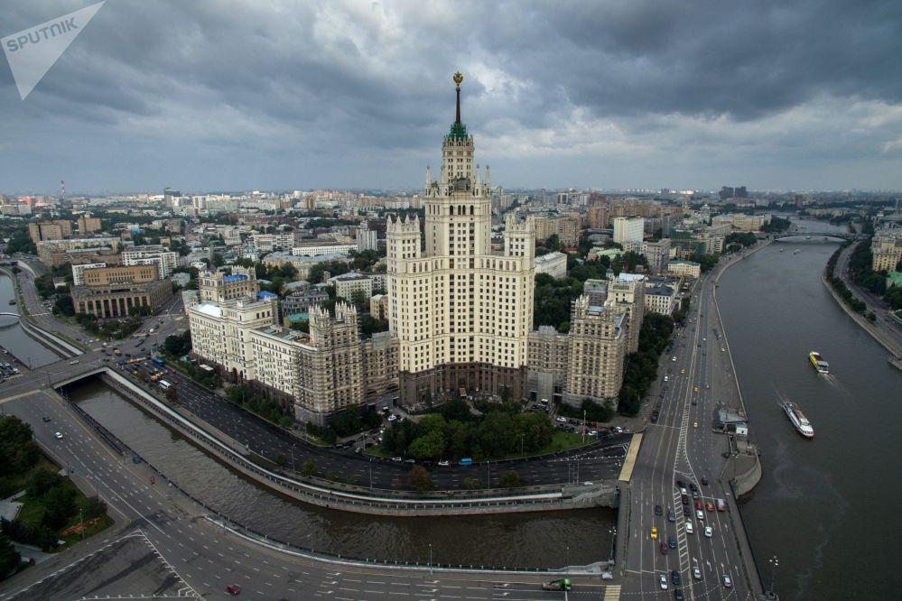 ناطحة السحاب لمبنى سكني يقع على ضفة كوتيلنيتشيسكايا في موسكو