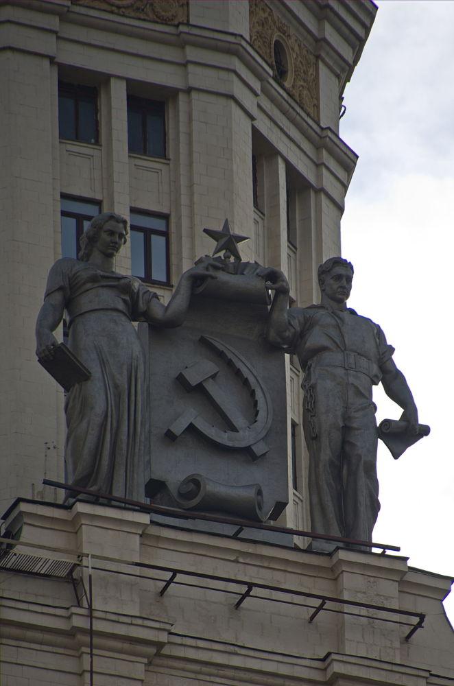 تماثيل على ناطحة السحاب لمبنى سكني يقع على ضفة كوتيلنيتشيسكايا في موسكو