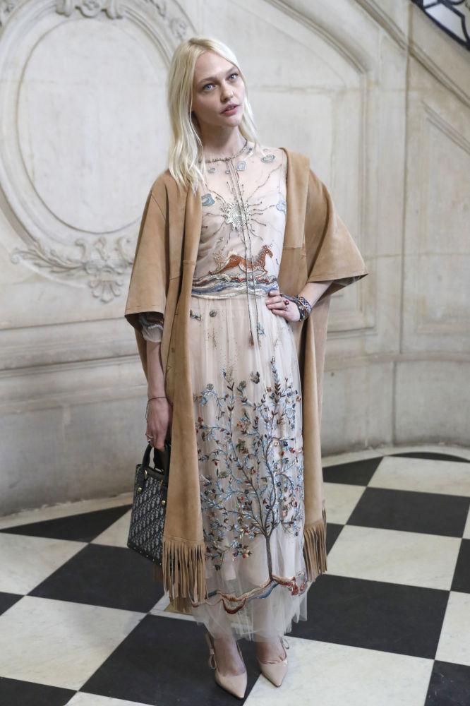 ممثلة وعارضة الأزياء الروسية ساشا بيفوفاروفا خلال جلسة تصوير لعرض دار الأزياء كريستيان ديور (Christian Dior) في باريس، 22 يناير/ كانون الثاني 2018