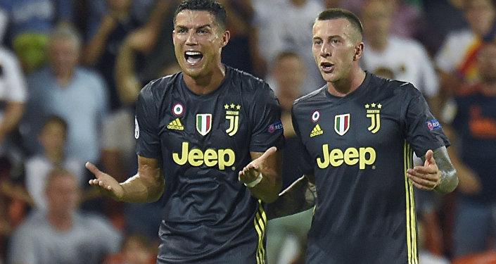بكاء كريستيانو رونالدو بعد طرده في مباراة يوفنتوس و فالنسيا بدوري أبطال أوروبا