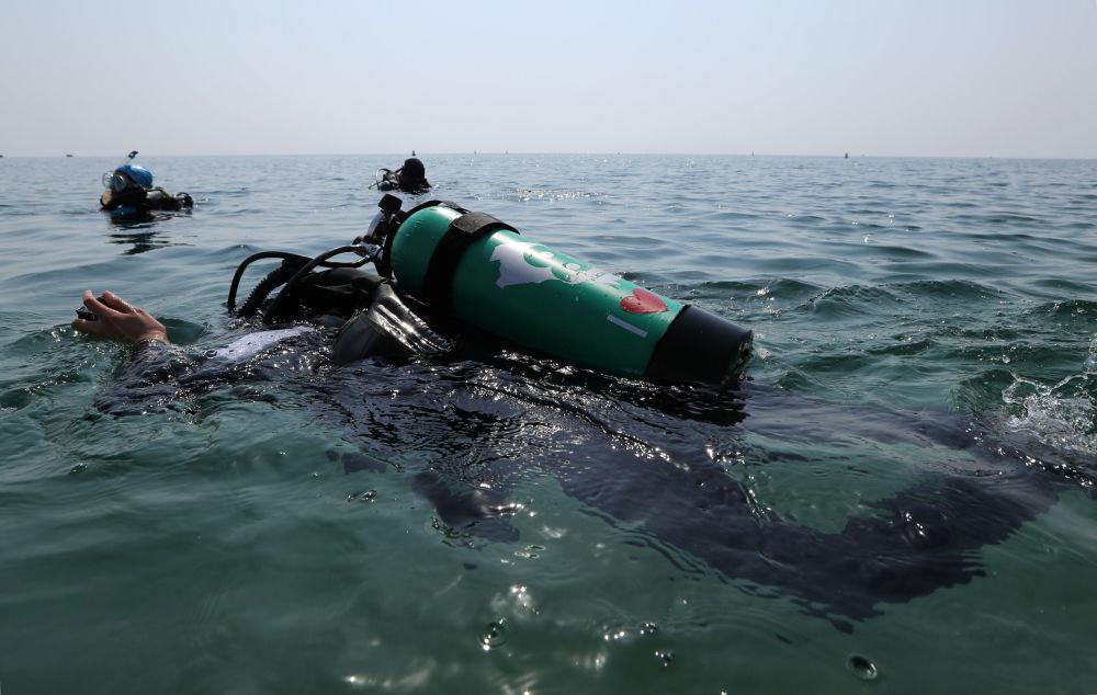 الغطاسة السعودية مريم أحمد المعلم أثناء الغطس في مياه البحر، في شاطئ نصف القمر بمدينة الظهران، المملكة العربية السعودية، 15 سبتمبر/ أيلول 2018