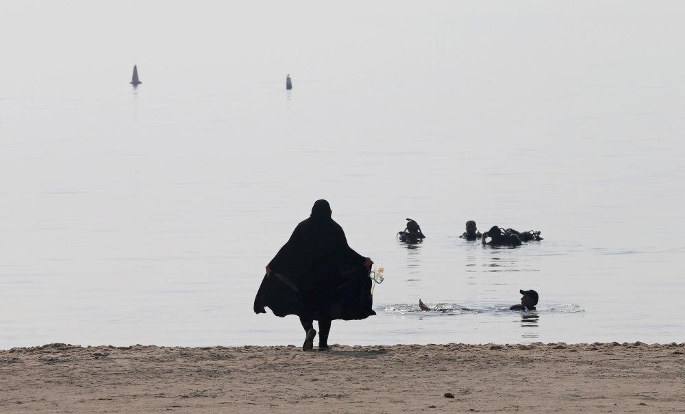 النساء المشاركات في نادي الغطس في شاطئ نصف القمر بمدينة الظهران، المملكة العربية السعودية، 15 سبتمبر/ أيلول 2018