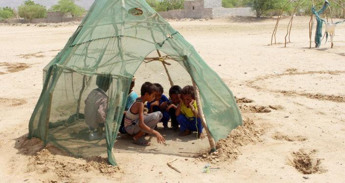 أطفال لاجئون يلعبون في خيمة بقرية شمال ضاحية عبس بمحافظة حجج، اليمن 16 سبتمبر/ أيلول 2018