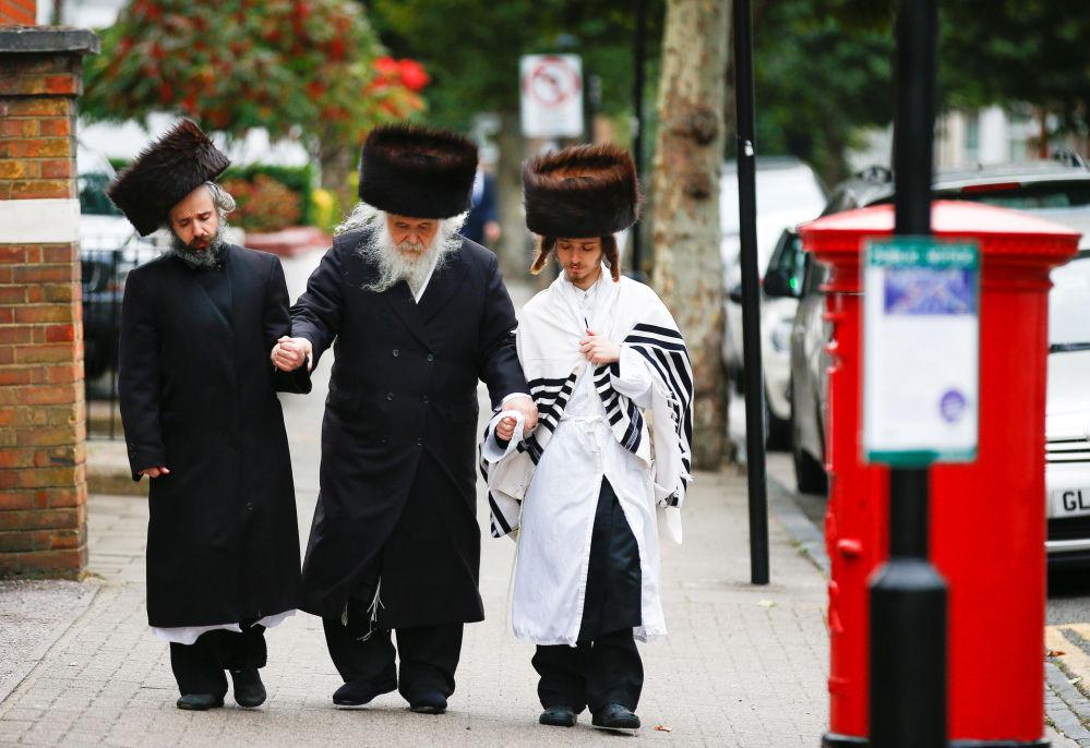 يهود الأرثوذكس في منطقة ستامفورد هيل في لندن خلال عطلة يوم كيبور (عيد الغفران)، 19 سبتمبر/ أيلول 2018