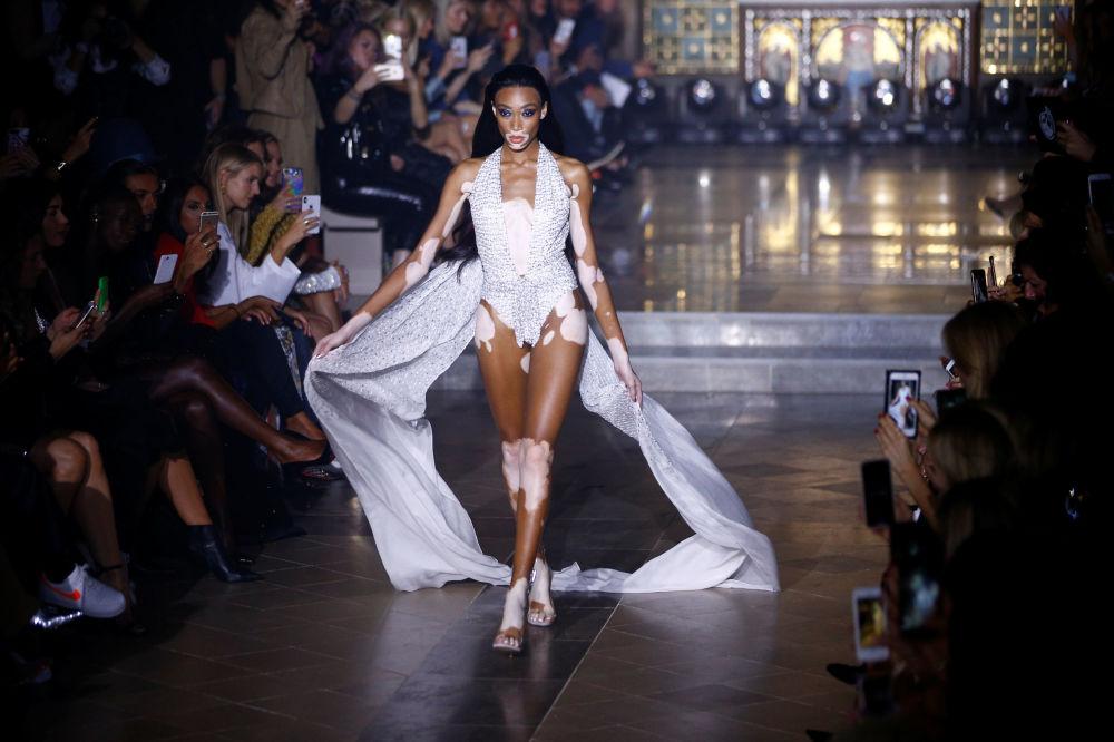 عارضة أزياء تقدم زي من تصميم جوليان ماكدونالد خلال أسبوع الموضة في لندن، إنجلترا 15 سبتمبر/ أيلول 2018