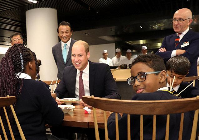 الامير وليام يجتمع مع اطفال مدرسة في بريطانيا