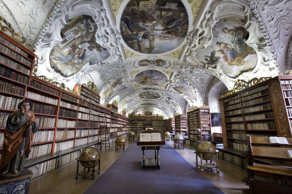 قاعة المكتبة التابعة لدير ستراهوف لعلوم اللاهوت، مكاتب الزمن الباروكي الأصيل، في براغ، جمهورية التشيك