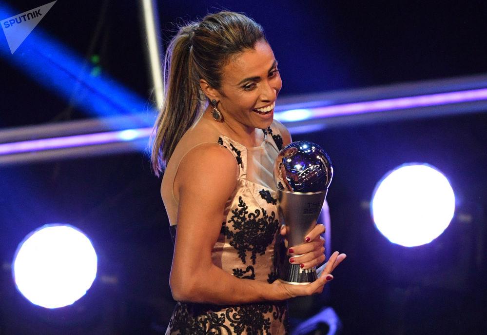 اللاعبة البرازيلية لكرة القدم للنساء مارتا، الحاصلة على جائزة أفضل لاعبة لهذا العام، خلال مراسم توزيع أفضل جوائز الفيفا لعام 2018