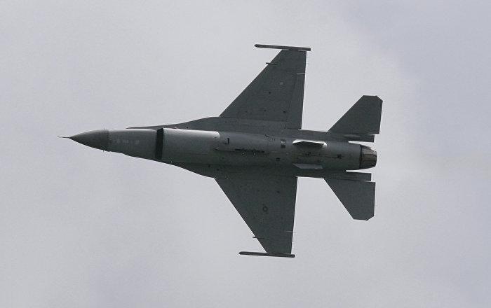 """طلاء  مقاتلة """"إف-16"""" بألوان """"سو-57″…صور"""