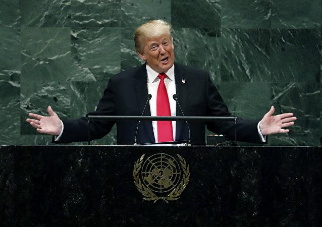 الرئيس الأمريكي دونالد ترامب يضحك أمام جمعية الأمم المتحدة، نيويورك، 25 سبتمبر/ أيلول 2018