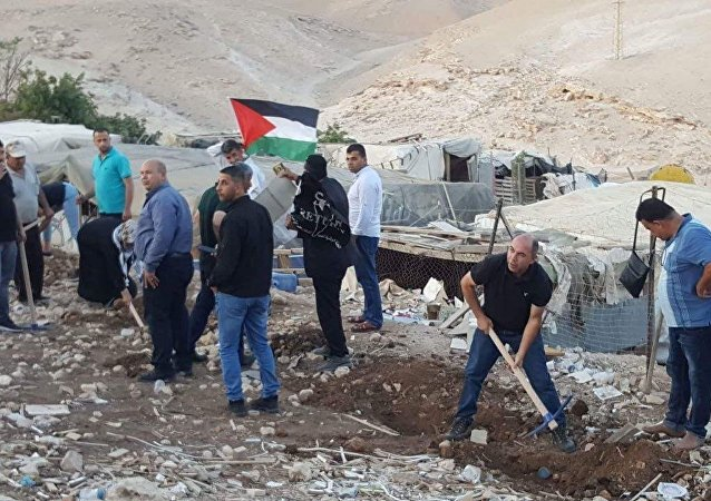 اعتصام الأهالي والمتضامنين الفلسطينيين في قرية الخان الأحمر