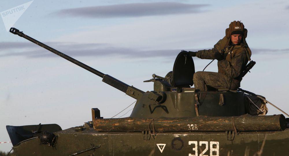 مدرعة عسكرية بي إم دي-2، قوات الجيش الروسي، مناورات تكتيكية، قوات الإنزال، في منطقة كوسترومسا، روسيا