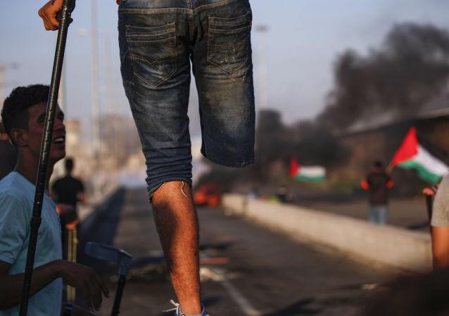 أحد المشاركين الفلسطينيين في احتجاجات معبر إيريز، على الحدود بين قطاع غزة وإسرائيل 26 سبتمبر/ أيلول 2018