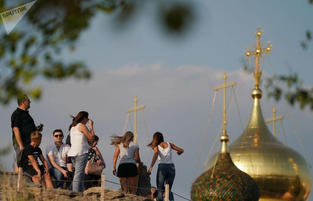 مواطنون وسياح في حديقة زارياديه بموسكو