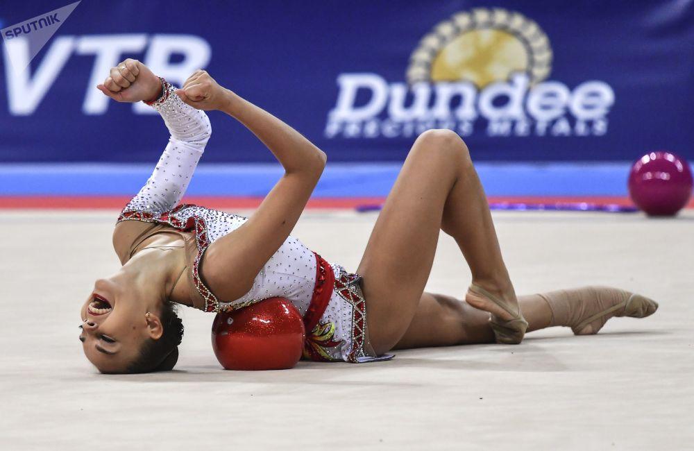 الروسية دينا أفيرينا خلال أدائها الفني في البرنامج الفردي في إطار بطولة كأس العالم في الجمباز الإيقاعي 2018 في مدينة صوفيا، بلغاريا