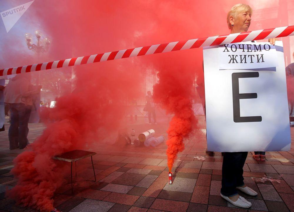 مشاركو احتجاجات أمام مبنى البرلمان الأوكراني رادا في مدينة كييف