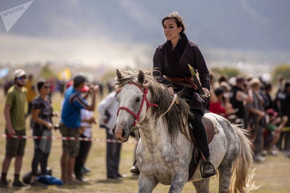 فتاة تركب خيلا في مهرجان الشعوب الرحل في دورته الثالثة في قرغيزستان