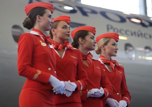 مضيفات طيران يشاركن في مراسم تسليم طائرات سوخوي سوبرجيت 100 في مطار شيريميتيفو في موسكو
