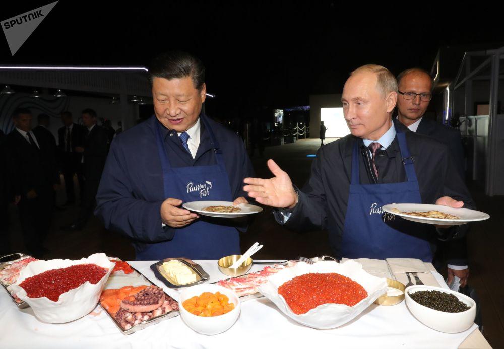 الرئيسان الروسي فلاديمير بوتين ونظيره الصيني يطهوان الفطائر المحلاة في إطار منتدى الشرق الاقتصادي في فلاديفوستوك