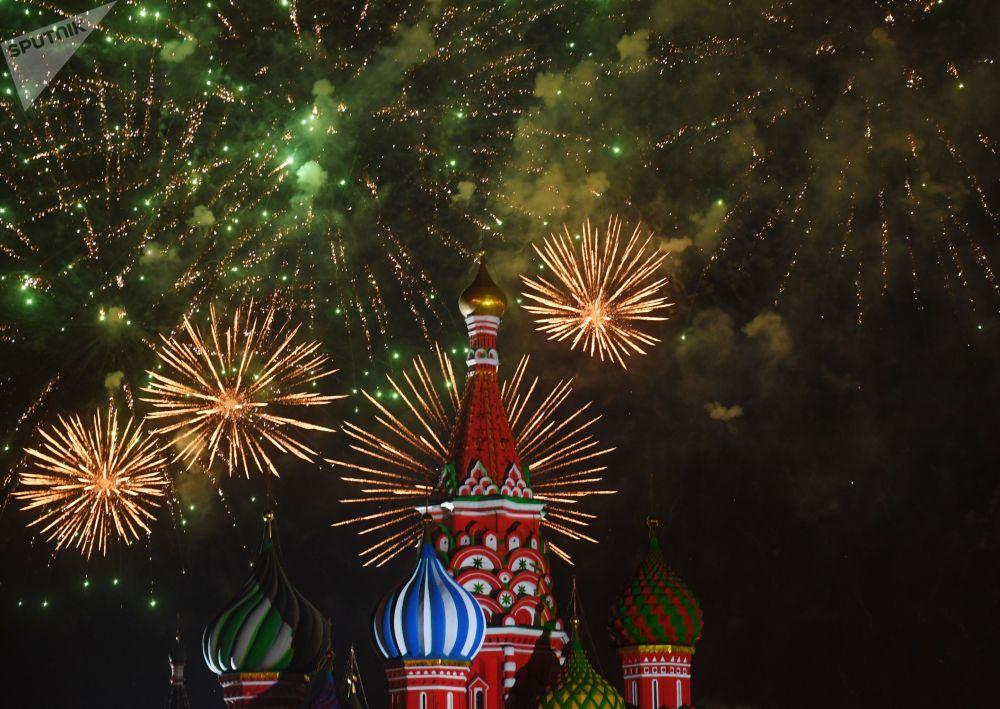 ألعاب نارية فوق الساحة الحمرائ بمناسبة الحفل الختامي للمهرجان الدولي سباسكايا باشنيا للموسيقى العسكرية في موسكو