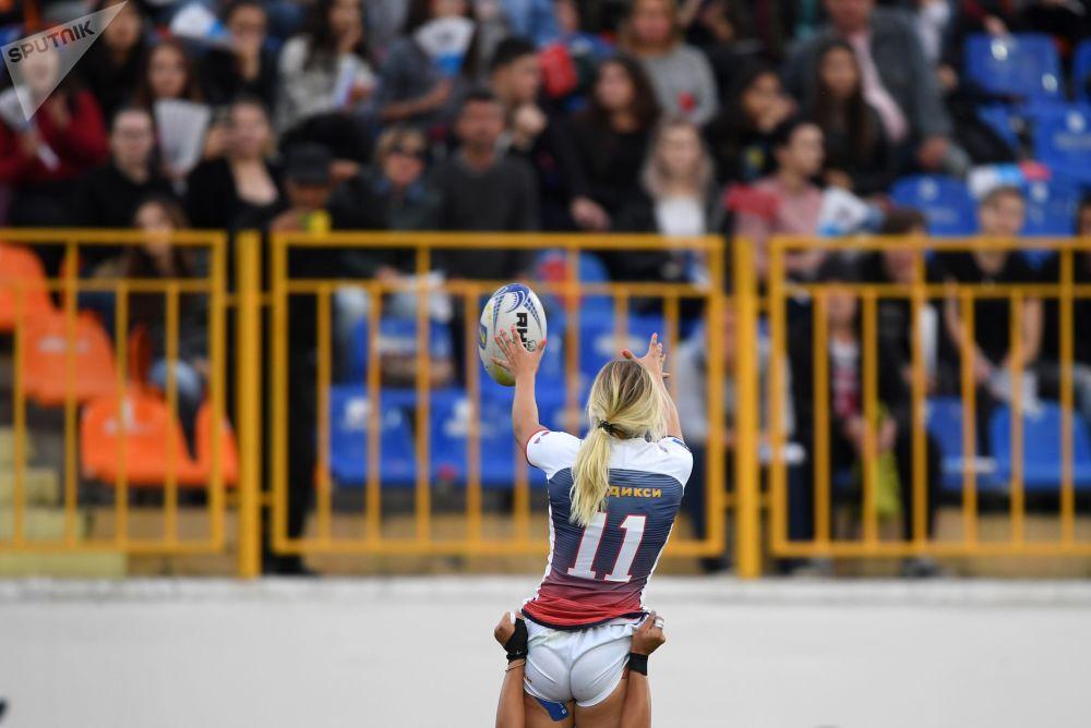 اللاعبة الروسية أرينا بيستروفا في المباراة النهائية ببطولة كأس أوروبا لكرة الريغبي بين روسيا و فرنسا