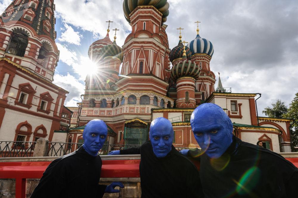 أعضاء فرقة Blue Man Group في موسكو