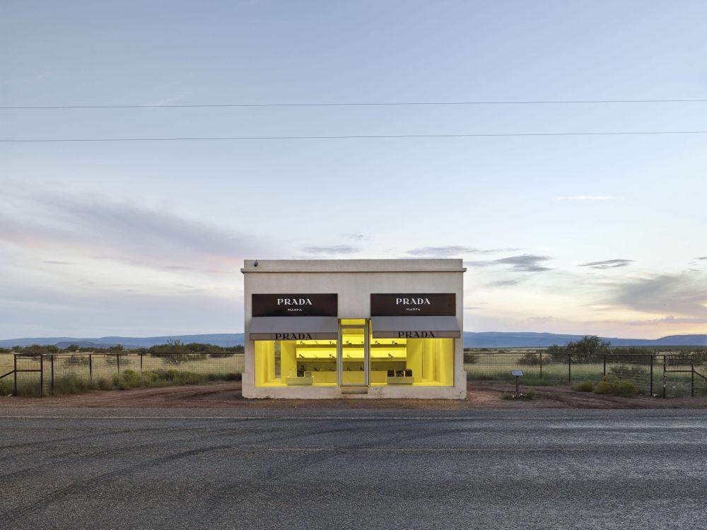 صورة لمحل برادا مارفا في تكساس، من قبل المصور ماثيو بورتش من أستراليا، الذي دخل ضمن قائمة المرشحين النهائيين لمسابقة جوائز فن التصوير المعماري 2018 في فئة حس المكان