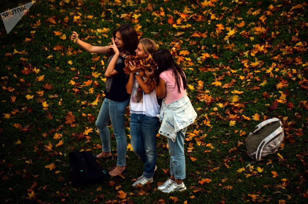 فتيات يلتقطن صور سيلفي في منتزه تساريتسينو في موسكو