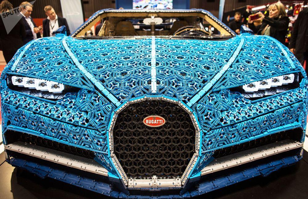 عرض نسخة لسيارة شركة ليغو (LEGO ) موديل ( Bugatti Chiron) الجديدة معرض السيارات الدولي مونديال دو لوتوموبيل في باريس، أكتوبر/ تشرين الأول 2018